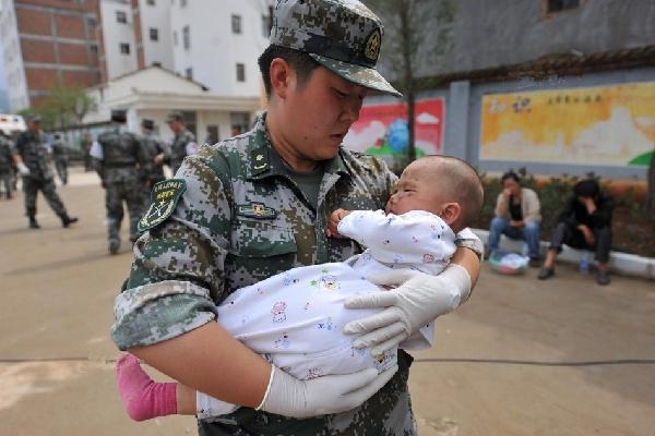 抗震救灾医疗队队员安抚小伤员