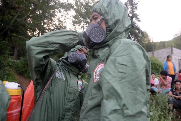 救灾部队挺进救援盲区 为居住区消毒