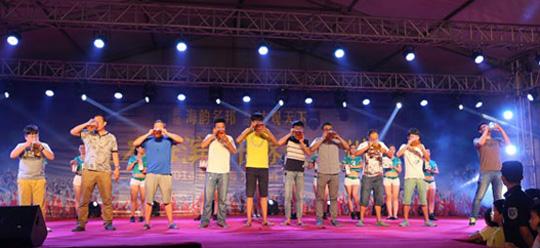 2014胶州海滨啤酒节 啤酒竞饮比赛引爆市民狂欢热潮