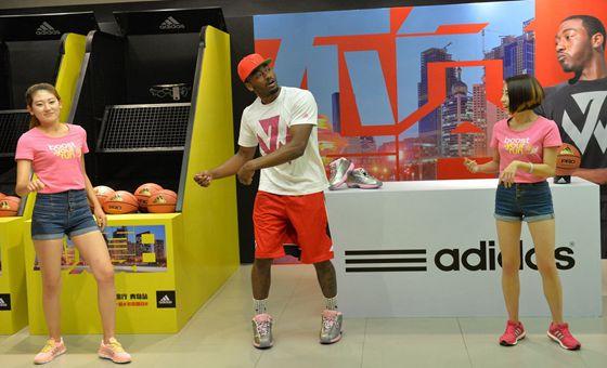 NBA状元郎沃尔登陆青岛 现场教女球迷道基舞