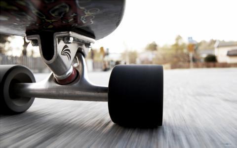 八旬老人每天蹬滑板滑行15公里