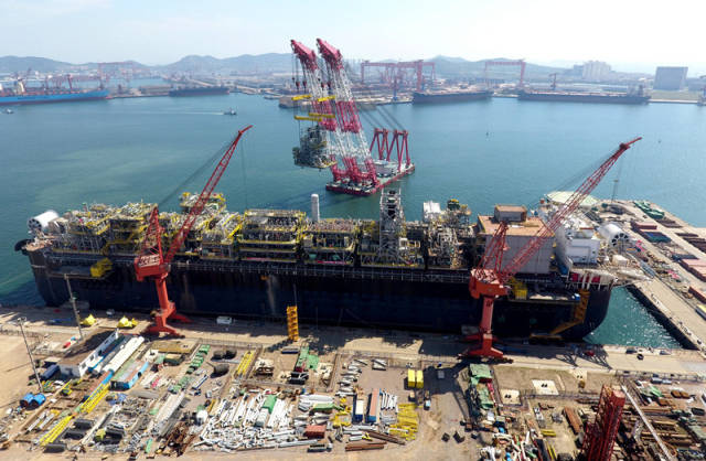 9月20日,位于青岛市的中国海洋石油总公司青岛海洋装备生产基地。新华社记者 徐速绘 摄   依托技术创新,一大批高端装备从青岛走向海内外,一批大国重器从这里走向全球,青岛制造显示出大国重器的高端水平。   作为高铁,中车四方累计在新加坡获得916辆地铁车辆订单,实现我国首次向发达国家出口高端地铁车辆;   作为高端海工装备,今年上半年由中海油青岛海工承建的俄罗斯亚马尔LNG建造项目的三个核心工艺模块顺利装船并将运往北极。这是中国首个自主设计建造的液化天然气核心装备,也是中国首次对外输出LNG核
