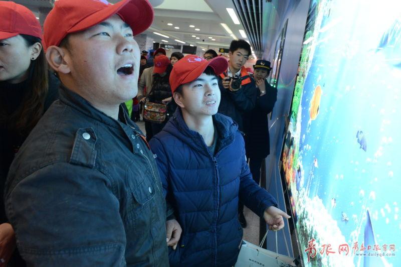 青岛日报/青岛观/青报网讯 12月11日,来自青岛聋哑学校和同行之家