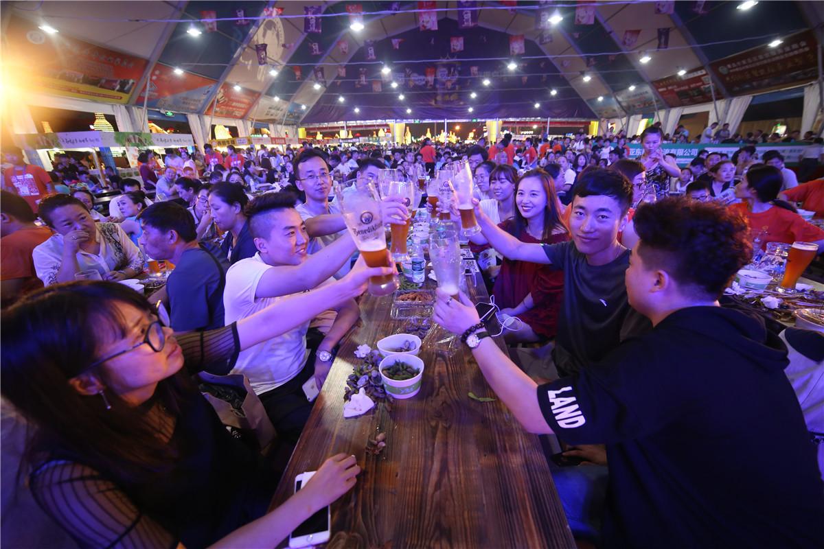 青岛啤酒节,醉美西海岸。第27届青岛国际啤酒节组委会在啤酒品牌的选择上下足功夫,来自国内外40多个著名品牌的200多种啤酒入驻金沙滩啤酒城各个啤酒大篷、木屋,让游客和市民喝过瘾。最近几日的艳阳和秋雨都没有挡住游客入园的兴致,而每天一到傍晚,金沙滩啤酒城立刻进入不夜城模式,啤酒、美食、音乐让游客进入狂欢模式。