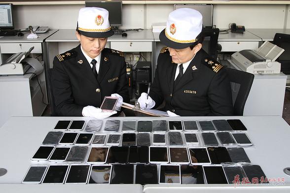 青岛海关查获48部苹果三星手机 疑似翻新机质量难保证
