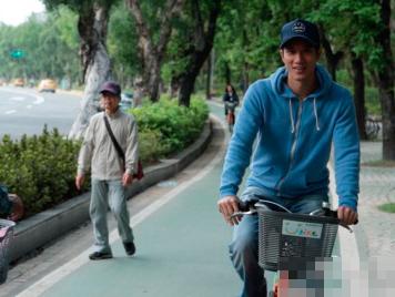 王力宏骑自行车游公园