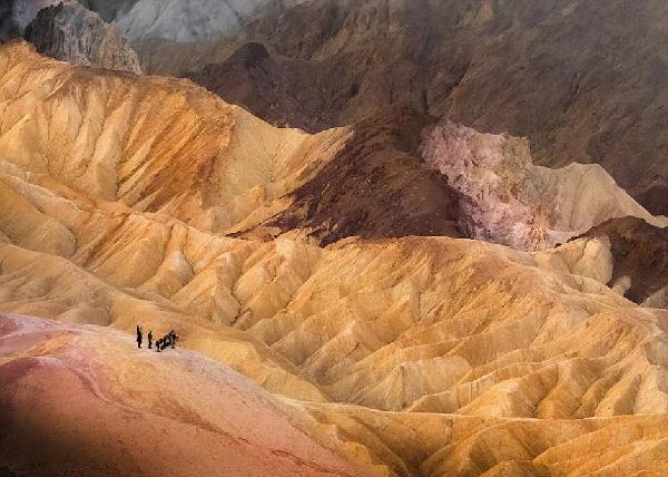摄影师拍死亡谷美景 游客似火柴人