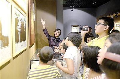 博物馆举办纪念青岛解放65周年