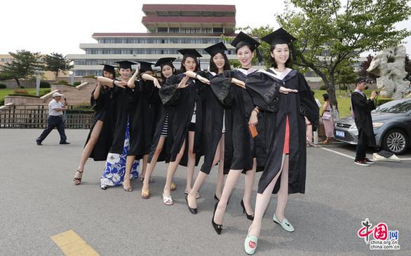 又是一年毕业季,青岛大学内,即将毕业的美女大学生拍摄美丽毕业照.