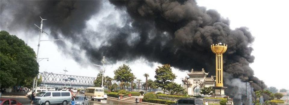 汉江湖北襄阳段游轮失火 现场浓烟滚滚
