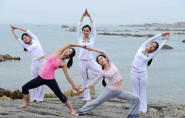 青岛美女海边瑜伽引关注