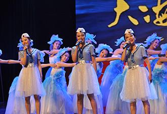 北舰女兵制服装扮登台献唱