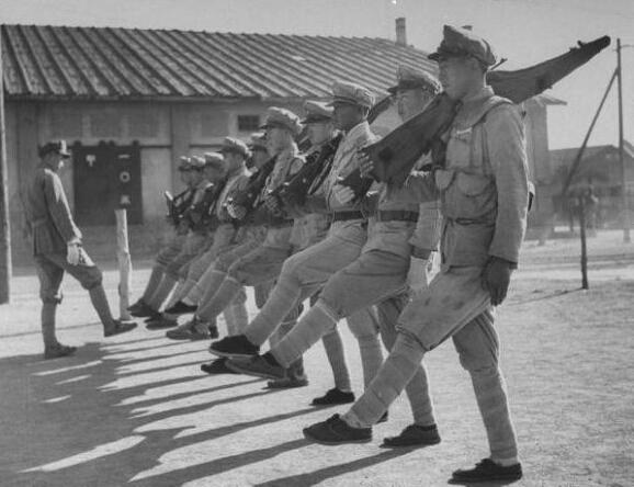 1948年的青岛 塔拉瓦号航母停靠青岛海域