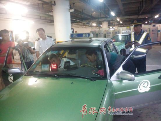 来到青岛流亭国际机场地下停车场一层出租车专用通道