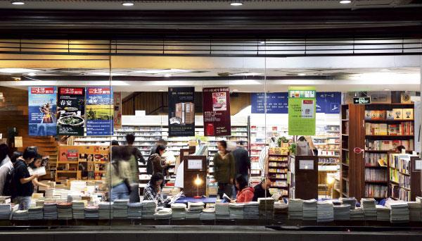 """全国实体书店""""复兴"""" 销售结束两年负增长"""