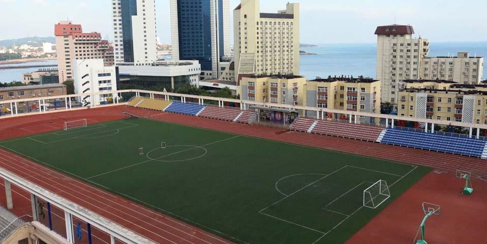 青岛一学校体育场建在高楼上 打球看海两不误