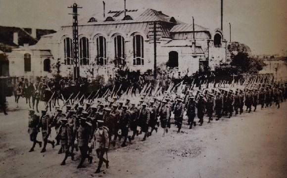组图呈现日德战争进程 日军列队整齐进城