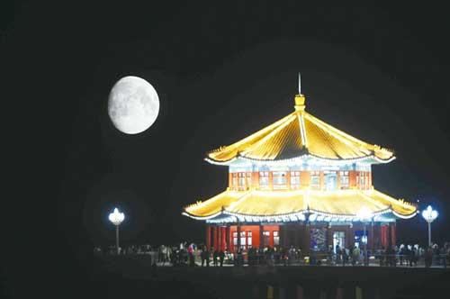 可以到红岛码头,青岛四方港港区等观看空中明月,海上大桥辉映的美景.