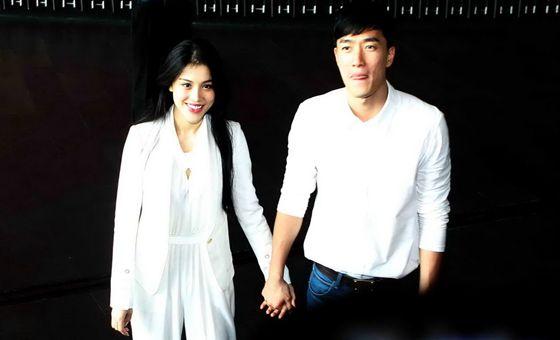 刘翔夫妇婚后首亮相 手牵手甜蜜做慈善