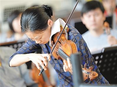 """小提琴家宓多里成名不靠""""虎妈"""""""