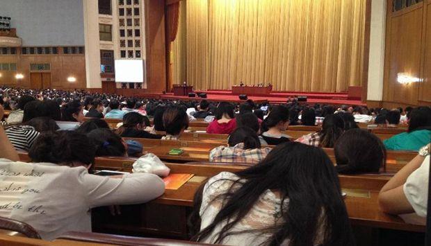 92岁院士人民大会堂站着讲 学生睡觉