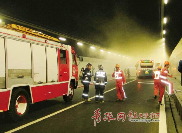 演习中,两辆各载有乘客30余人的公交车沿青岛至薛家岛方向在隧道通行