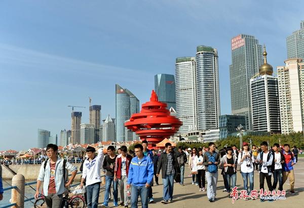 国庆青岛秋高气爽 海边吸引大量游客(图)