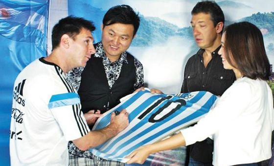 梅西赠习主席10号球衣 寄语:中国足球加油