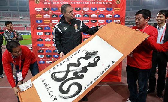 国足轻松备战与新西兰热身赛 球迷与佩兰交换礼物