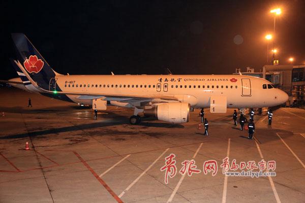 青岛航空2014年最后一个航班降落青岛机场