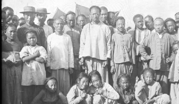 20世纪初的台东镇:街头看戏孩子全神贯注
