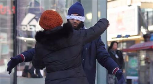 信任体验:蒙眼男子当街求拥抱