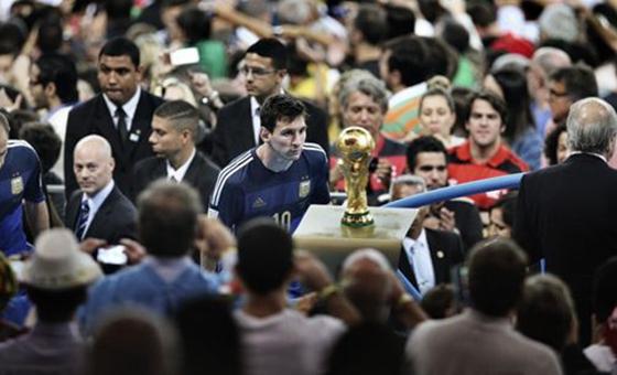 """""""梅西凝望世界杯""""——中国85后摄影记者获荷赛大奖"""