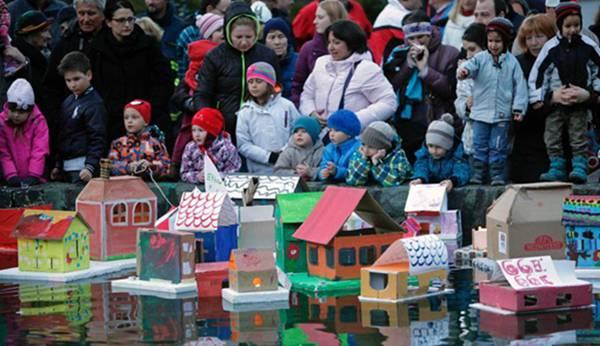 斯洛文尼亚儿童放纸房子河灯庆祝春季到来