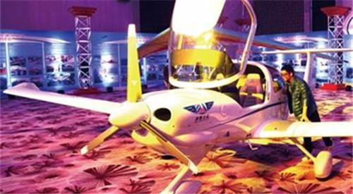 青岛小伙美国考出飞机驾照 回国开空中巴士