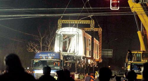 北京地铁调试列车脱轨 车头扎进排水沟