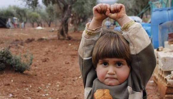 叙女童把相机当武器:满眼恐惧举手投降