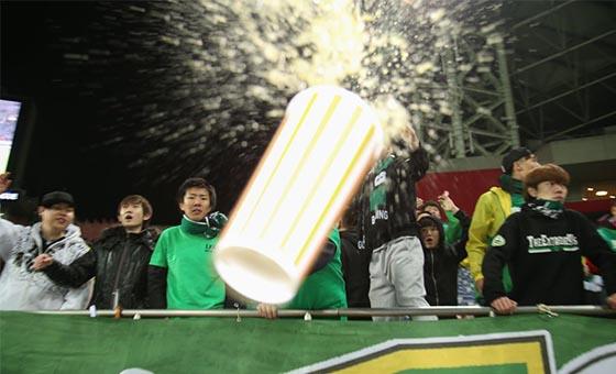 国安战平浦和 激动球迷饮料杯怒砸摄影记者