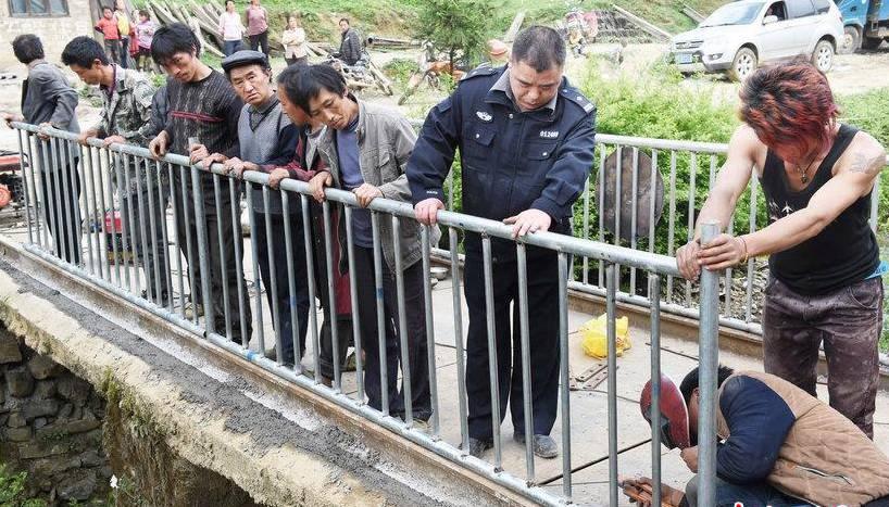 贵州一派出所长出钱修桥 为保学生安全