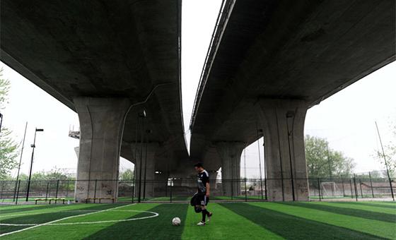 湖北武汉长江大桥下建足球场 边上就是铁轨