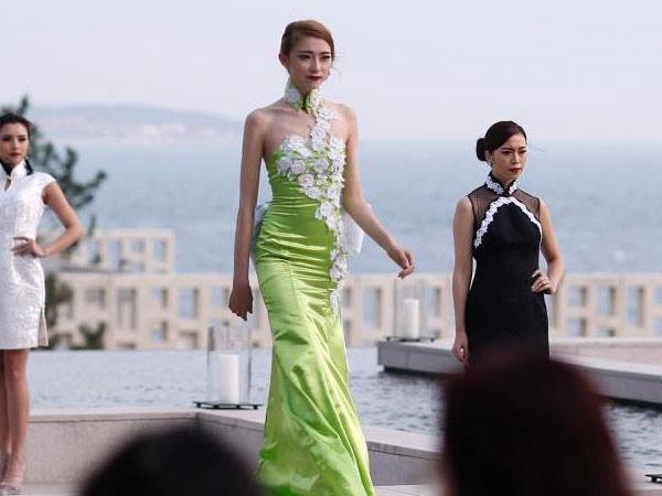 青岛国际时装周 模特露天t台展示时尚女装
