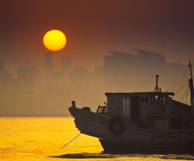 青岛雾天散去 浮山湾现绝美海上日出