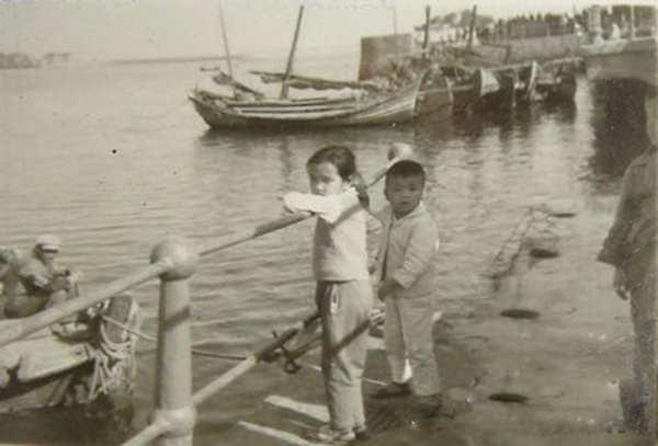 20世纪50年代青岛老照片:海滨拍照美女+姐弟俩