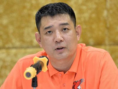青岛男篮宣布巩晓彬上任 全家福合影誓争第一