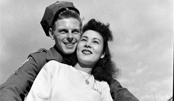 二战结束后美军大兵和日本情人享受浪漫生活