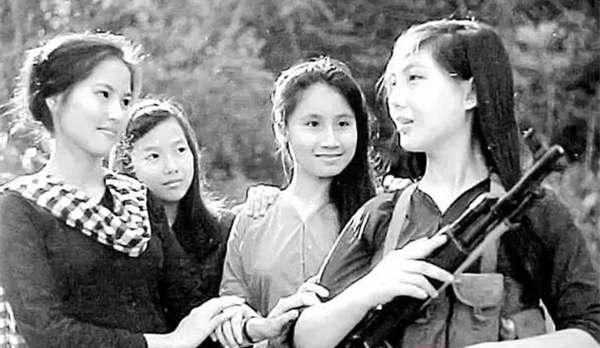 中越战争时镜头下全副武装的越南女兵