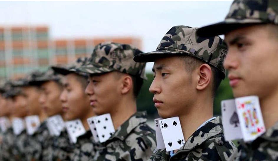 四川一学校残酷军训 领口别扑克背绑木条