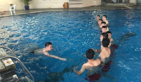 东亚杯国足首训改游泳 众国脚泳池内大秀身材