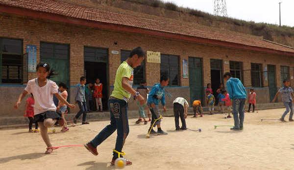 爱心穿越半个中国 宝妈为支教小学捐赠物资