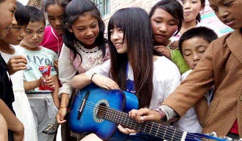 大学生身背吉他去支教 将音乐带给山里孩子